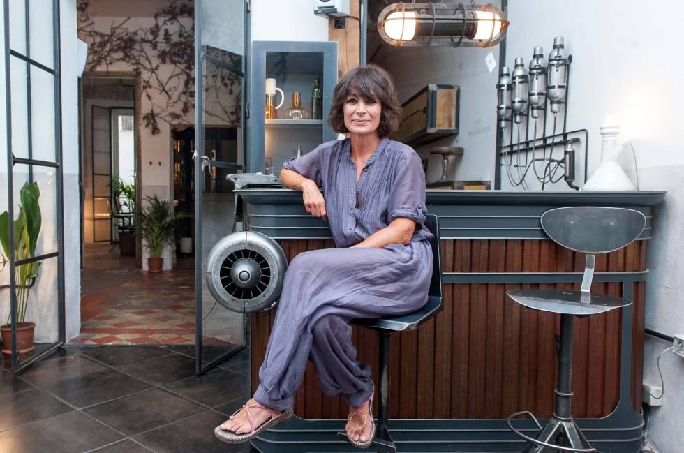 Celia Montoya, en una de las barras de bar que fabrican en Kikekeller.