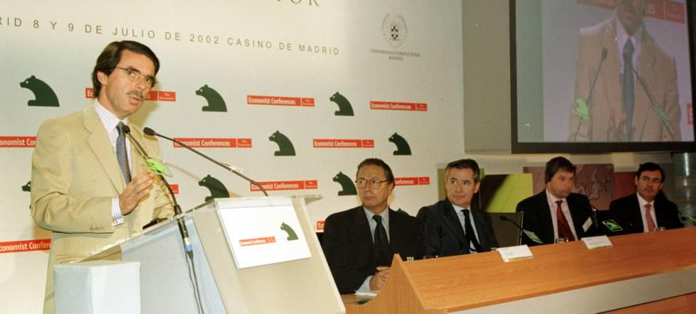 José María Aznar, en unas jornadas organizadas por Caja Madrid, en presencia de Miguel Blesa (en el centro).