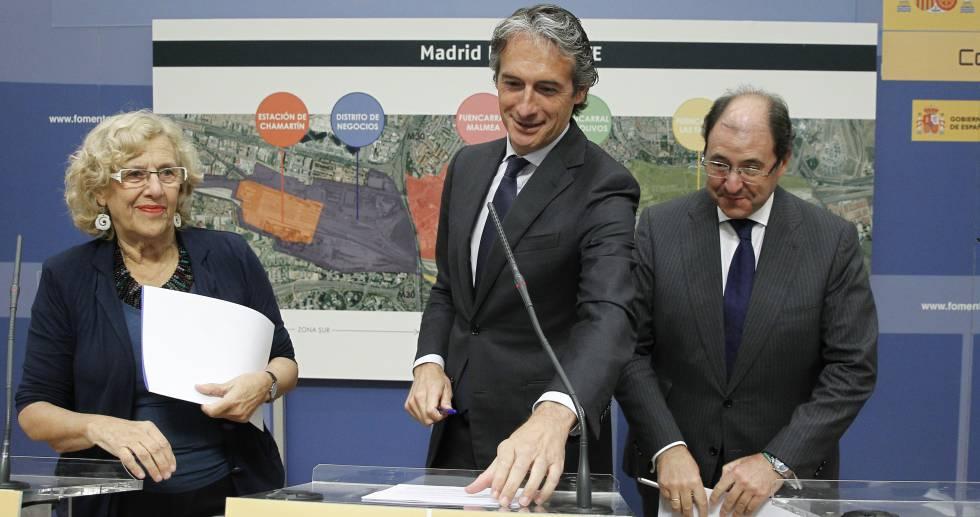 Manuela Carmena, alcaldesa de Madrid; Íñigo de la Serna, ministro de Fomento, y Antonio Béjar, presidente de Distrito Castellana Norte, en la presentación la pasada semana del proyecto Madrid Nuevo Norte.