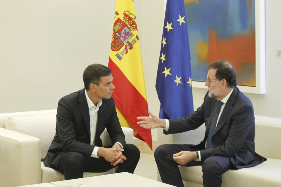 El secretario general del PSOE, Pedro Sánchez, junto al presidente del Gobierno, Mariano Rajoy, este jueves en la Moncloa.
