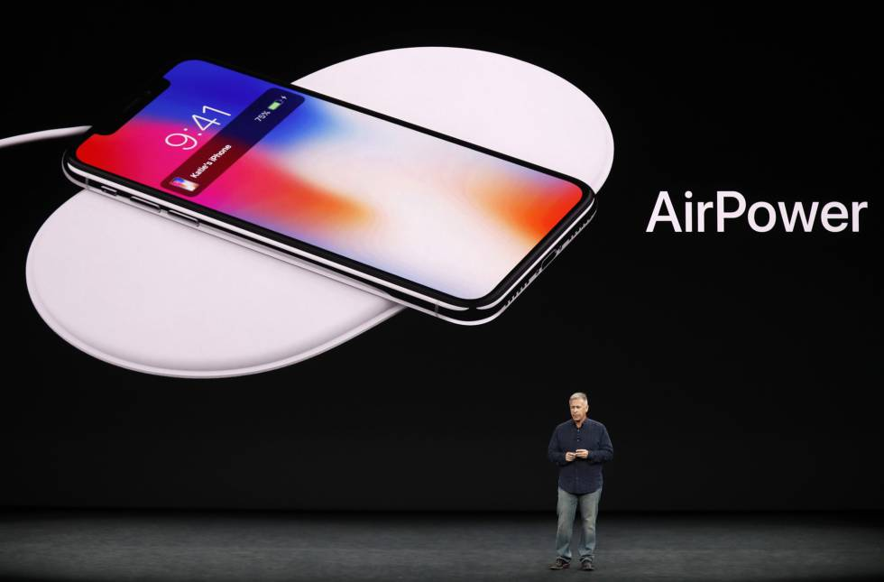 Phil Schiller, responsable global de Marketing de Apple, muestra un nuevo cargador para cargar simultáneamente varios dispositivos Apple.