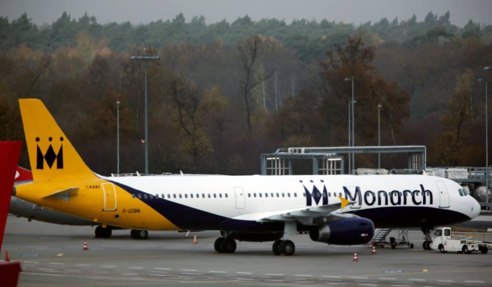 Aerolínea británica Monarch quiebra y deja a 110 mil pasajeros varados