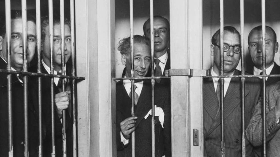 Lluís Companys, segundo por la izquierda, entre los dirigentes de la Generalitat de Cataluña encerrados en la cárcel Modelo de Madrid tras los sucesos del 6 de octubre de 1934.