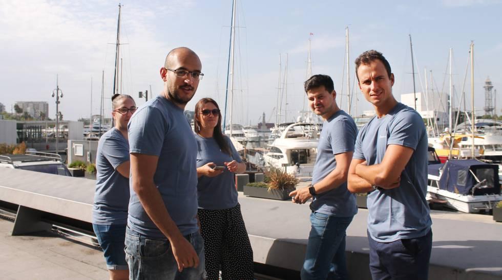 Alejandro Martínez (segundo por la derecha) junto con el equipo de SmartSea, en el Port Vell de Barcelona.