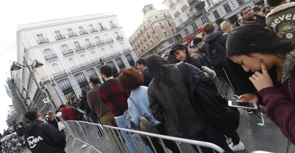 Numerosas personas hacen cola en la tienda de Apple de la Puerta del Sol en Madrid para adquirir el nuevo iPhone X.