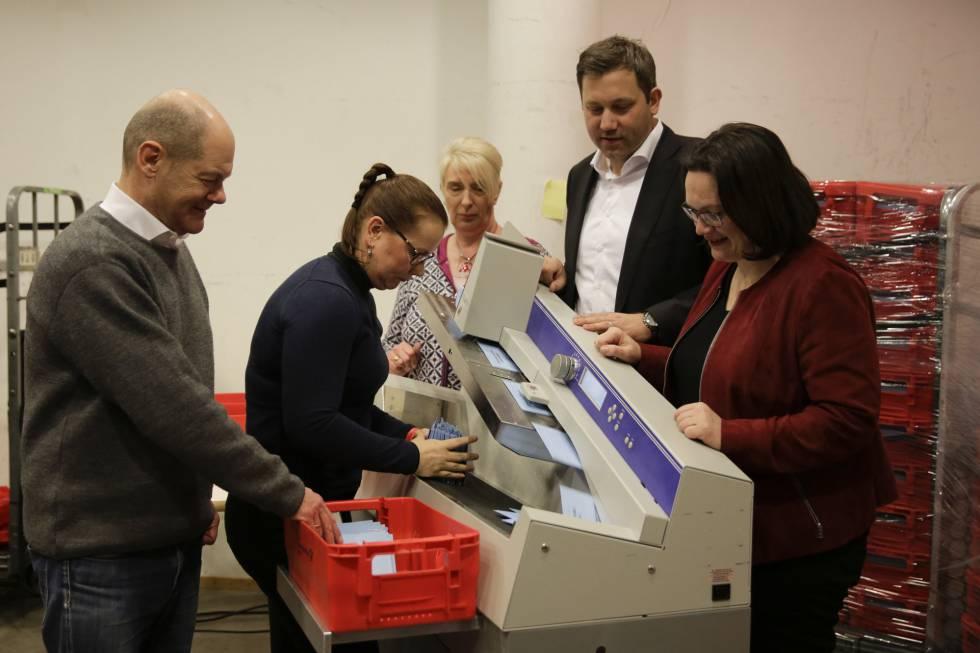 Renuevan socialdemócratas alemanes gran coalición gubernamental con Merkel