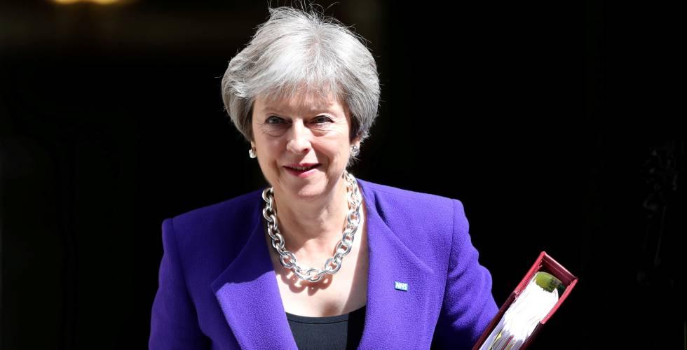 La primera ministra británica Theresa May abandona la sede del Gobierno británico de Downing Street en Londres