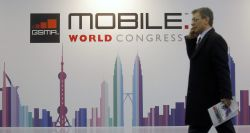 Un visitante del Mobile World Congress de Barcelona.