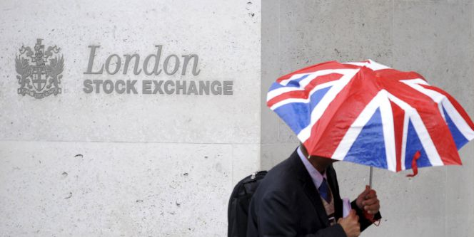 Un trabajador en el edificio de la sede del London Stock Exchange en la City londinense.