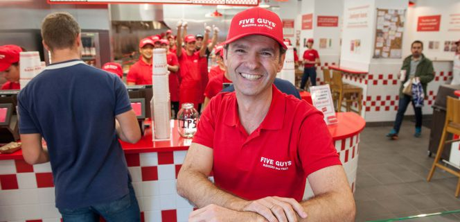 El director de Five Guys España, Daniel Agromayor, en el local de Madrid.