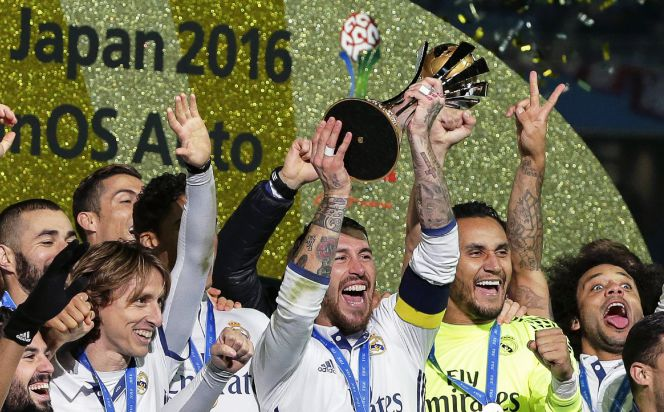 FIFA056. Yokohama (Japan), 18122016.- Real Madrid's captain Sergio Ramos (C) lifts the trophy as his teammates celebrate after winning the FIFA Club World Cup 2016 final between Real Madrid and Kashima Antlers in Yokohama, Japan, 18 December 2016. Real Madrid won 4-2 after extra time. (Mundial de Fútbol, Japón) EFEEPAKIYOSHI OTA