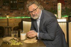 El maestro cervecero de Heineken, Willem Van Waesberghe, esta semana en la fábrica de Madrid, posando con los cuatro ingredientes de la cerveza: agua, lúpulo, malta y levadura.