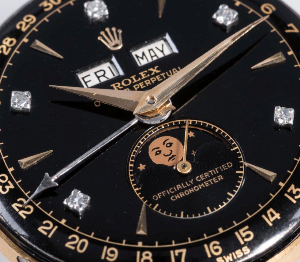 Una de sus grandes particularidades es su esfera negra, con cinco diamantes en la posición de los números pares en el dial horario. También su indicador de fase lunar y la posición del logotipo de Rolex lo convierten en un modelo especial.