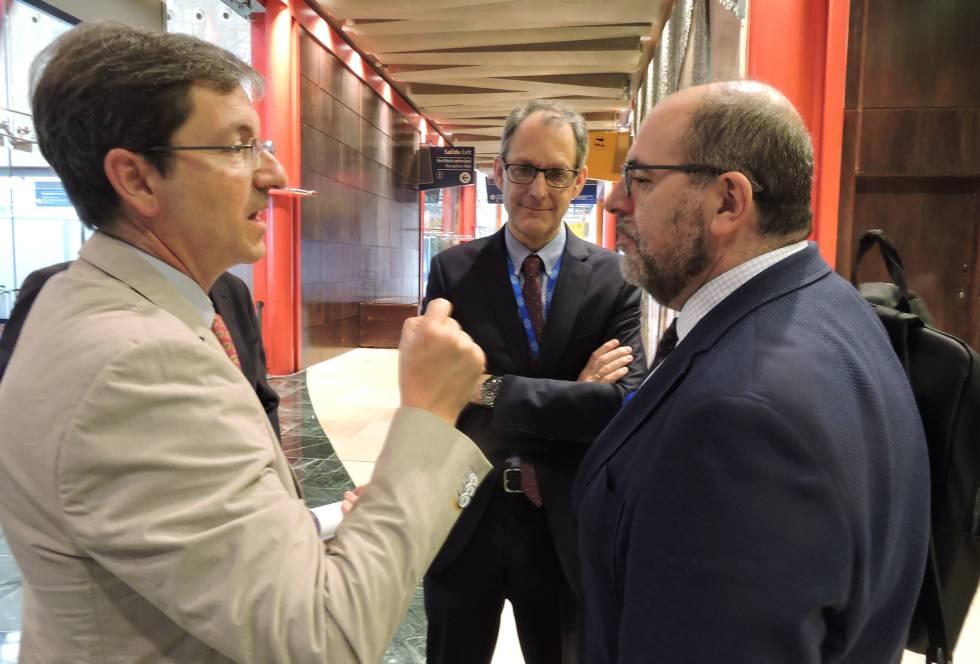 d0733918bab José Miguel Cisneros, vicepresidente de la Seimc (izquierda), habla con  Carlos Moreno