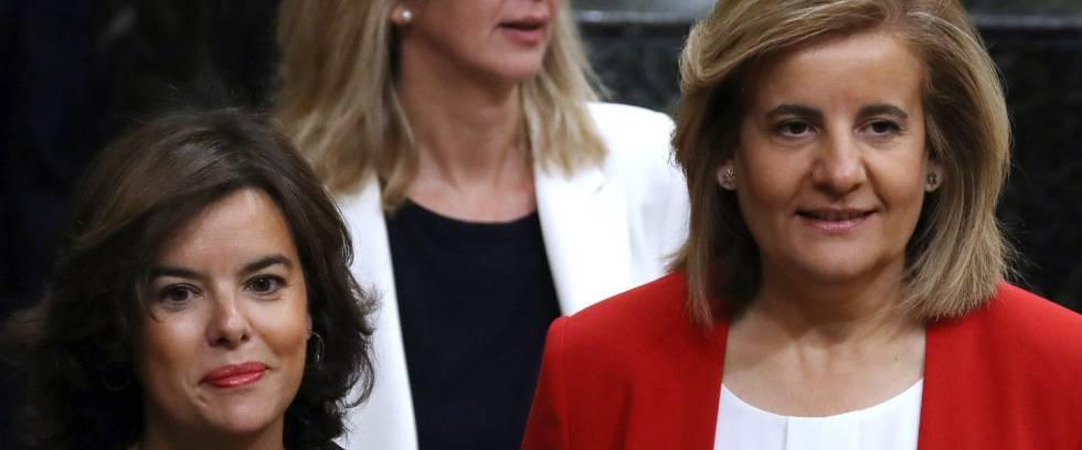 La vicepresidenta del Ejecutivo, Soraya Sáenz de Santamaría y la ministra de Empleo y Seguridad Social, Fátima Báñez, al inicio de la sesión de control al Gobierno.