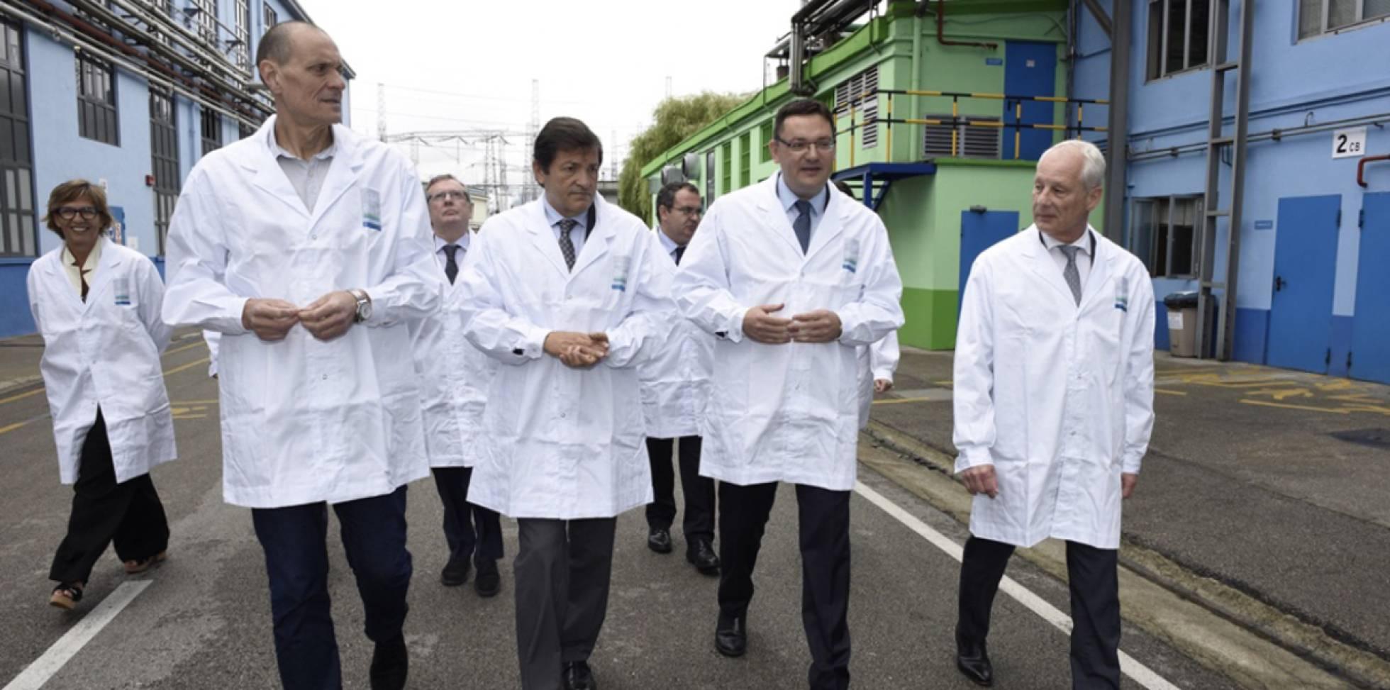 Visita a la empresa Bayer, en La Felguera (Asturias). Desde la derecha, Rainer Krause, consejero delegado de Bayer Iberia, Jorge Álvarez, director de La Felguera y Javier Fernández, presidente de Asturias.