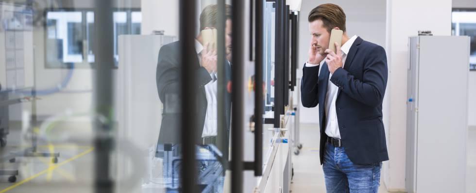 Un joven habla a través de su teléfono móvil.