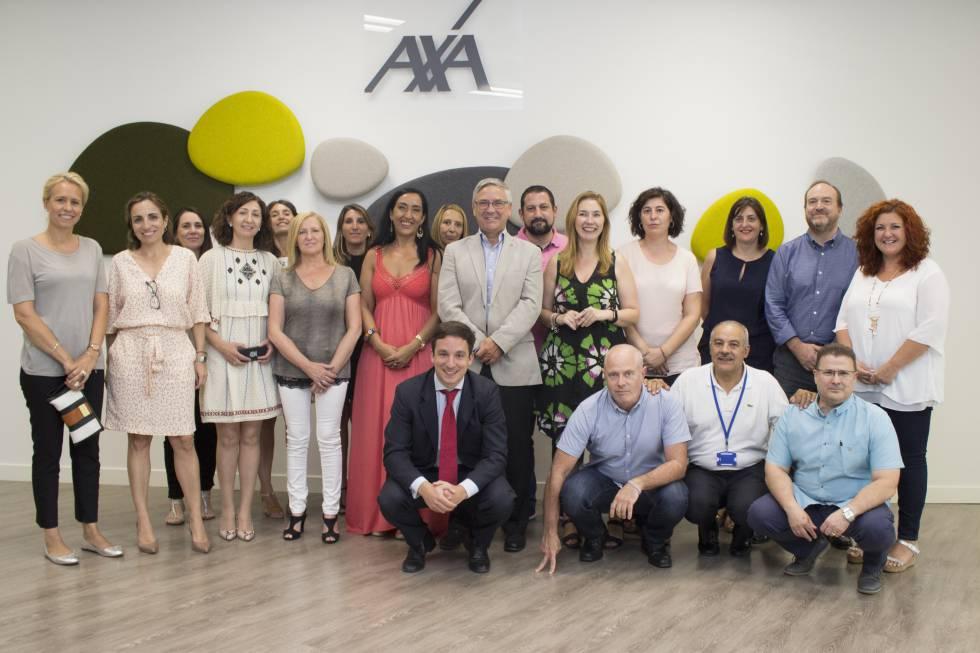 El consejero delegado de AXA España, Jean-Paul Rignault (en el centro), junto a representantes de la empresa y de los trabajadores.
