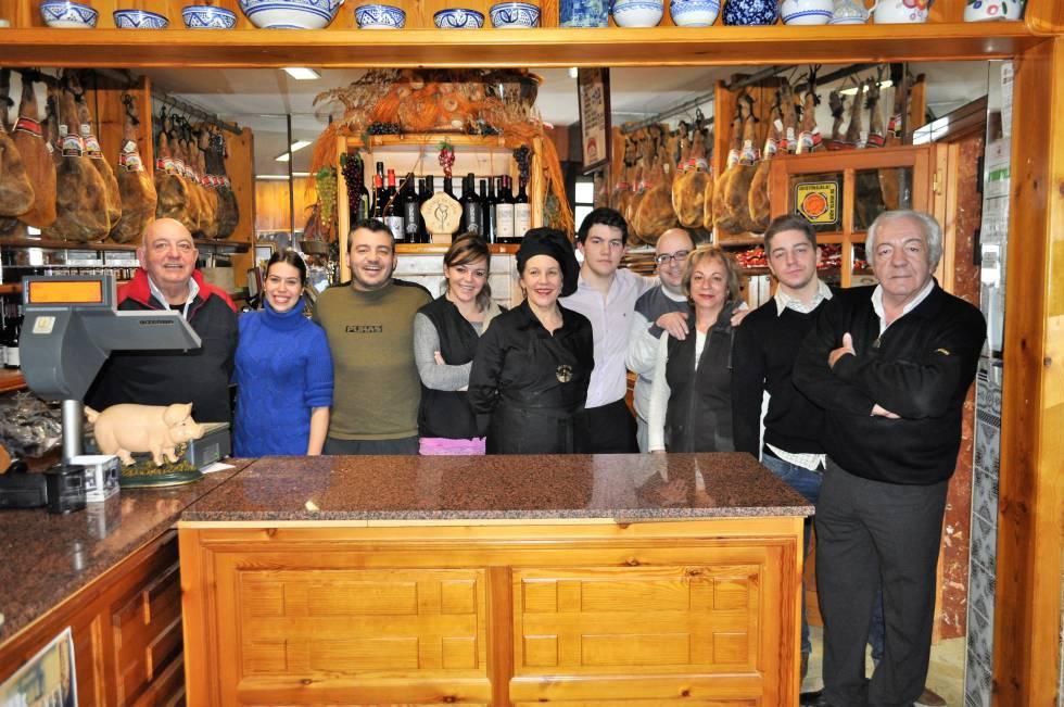 Los dueños del negocio familiar de Entrepeñas. En el centro aparecen  Natalia Ordóñez Gutiérrez y su madre Rosa María Gutiérrez.