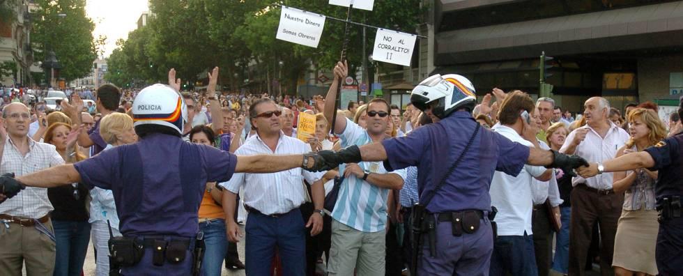 Manifestación de afectados por Afinsa, frente a la sede de la compañía, en 2006.
