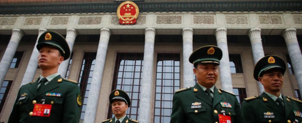 Militares abandonan el Gran Salón del Pueblo en Pekín, China, antes del XIX Congreso del Partido.