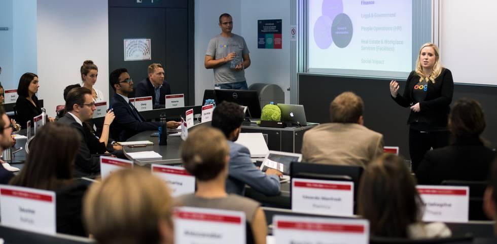 Alumnos del MBA de ESADE durante una charla de reclutamiento de Google, en Barcelona.