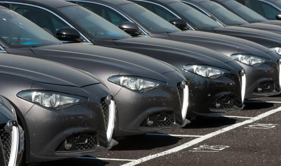 7dfd3c1ad8 Flota de coches Alfa Romeo a la espera de ser entregados a directivos.