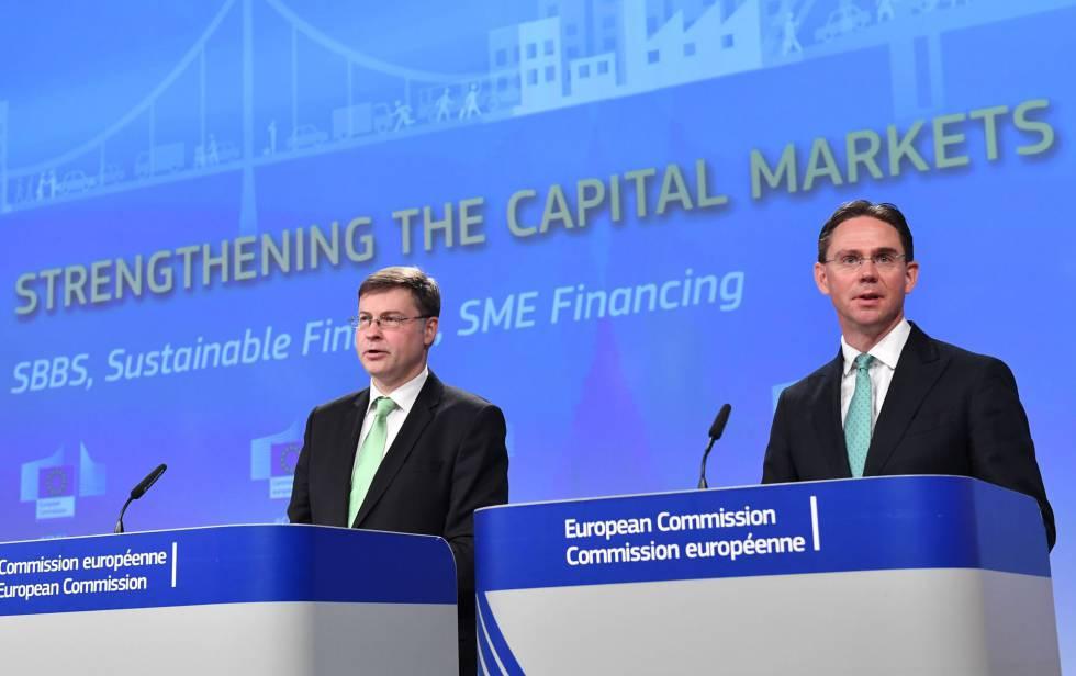 Los vicepresidentes de la CE, Valdis Dombrovskis (izda.) and Jyrki Katainen, presentan en Bruselas la regulación de inversiones ecológicas.  AFP PHOTO  EMMANUEL DUNAND