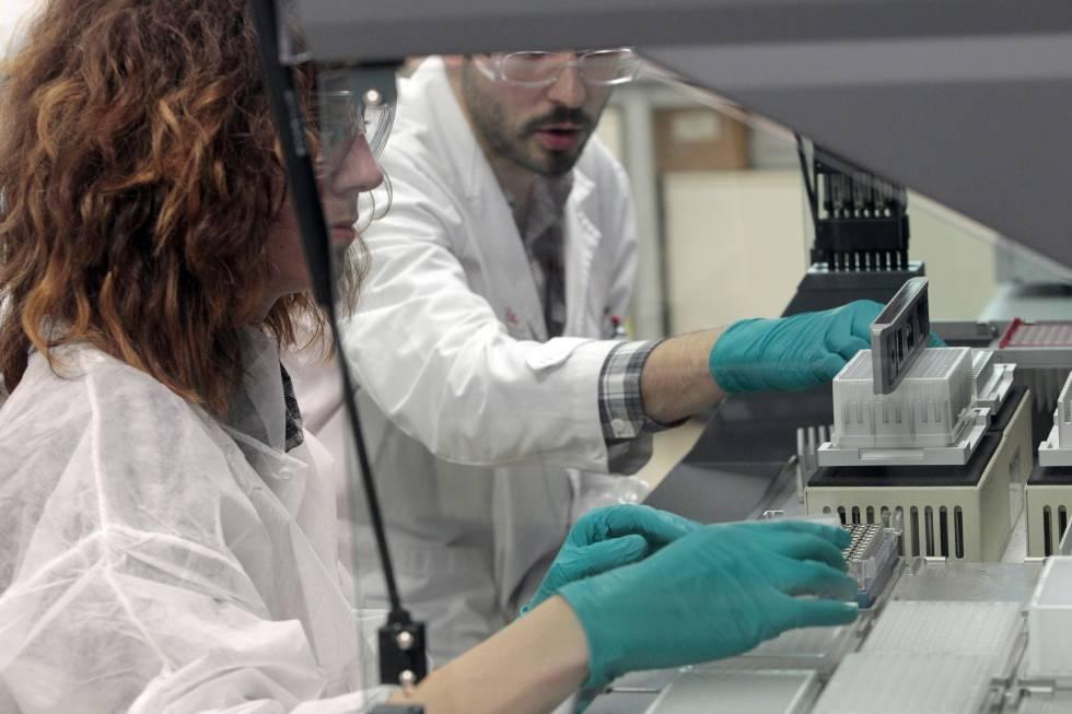Investigadores científicos en un laboratorio.