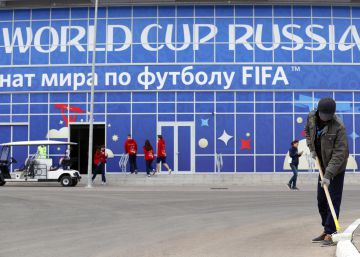 Saransk (Russian Federation), 14062018.- A worker makes final adjustments in front of the Mordovia Arena in Saransk, Russia, 14 June 2018. Peru will face Denmark in their FIFA World Cup 2018 group C soccer match on 16 June 2018 in Saransk. (Dinamarca, Mundial de Fútbol, Rusia) EFEEPARUNGROJ YONGRIT
