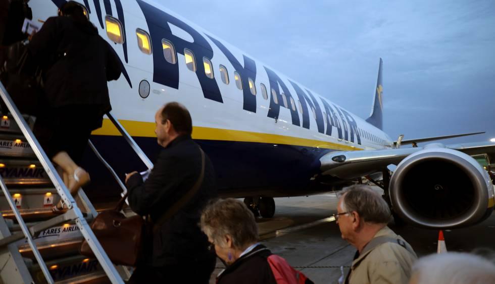 0e7a96a96 Un grupo de pasajeros sube a un vuelo de Ryanair en el aeropuerto de  Stansted,
