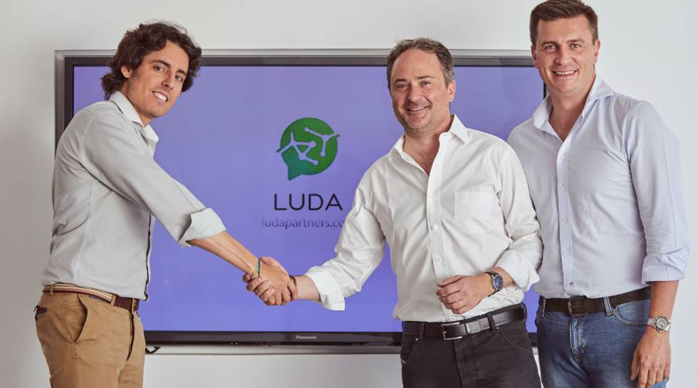 Luis Martín y Daniel de Carvajal, fundadores de Luda, con el ex director general de Amazon España, François Nuyts.