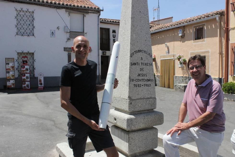 David Yáñez, cofundador de Vortex Bladeless, sostiene el modelo que ha probado en el pueblo, junto al exalcalde Fernando Martín.