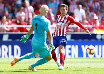 Atletico Madrid's French forward Antoine Griezmann (R) vies for the ball with Eibar's Serbian goalkeeper Marko Dmitrovic during the Spanish league football match between Club Atletico de Madrid and Eibar at the Wanda Metropolitano stadium in Madrid on September 15, 2018. (Photo by Benjamin CREMEL  AFP)