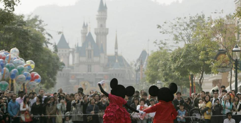 Minnie y Mickey Mouse, en Disneylandia Hong Kong.  REUTERS