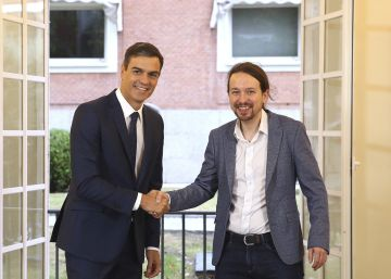 Spain's Prime Minister Pedro Sanchez, centre, shakes hands with the leader of the Podemos party Pablo Iglesias at the Moncloa Palace in Madrid, Spain, Thursday Oct. 11, 2018. Spain's Socialist minority government has agreed with the anti-austerity party Podemos to raise the country's minimum wage and increase taxes for the rich if next year's national budgets get parliamentary approval. Passing the 2019 national budget is seen as a key threshold for Prime Minister Pedro Sanchez's plans to remain in office until the current term ends in 2020. (Fernando CalvoPool Photo via AP)