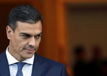 Spain's Prime Minister Pedro Sanchez waits for the arrival of Japan's Prime Minister Shinzo at the Moncloa Palace in Madrid, Tuesday, Oct. 16, 2018. (AP PhotoManu Fernandez)