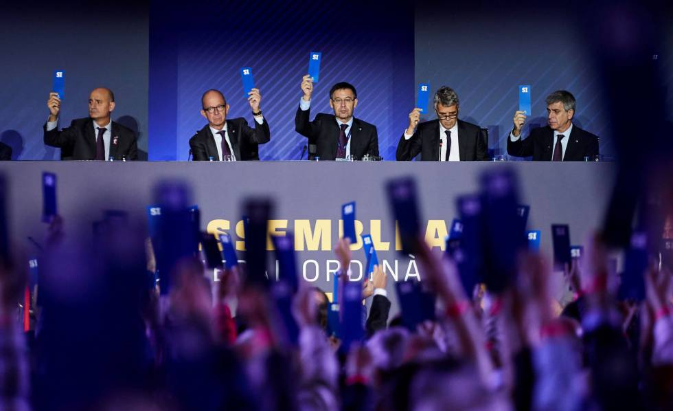 6e42144e8a El presidente del FC Barcelona, Josep Maria Bartomeu (centro), durante la  votación