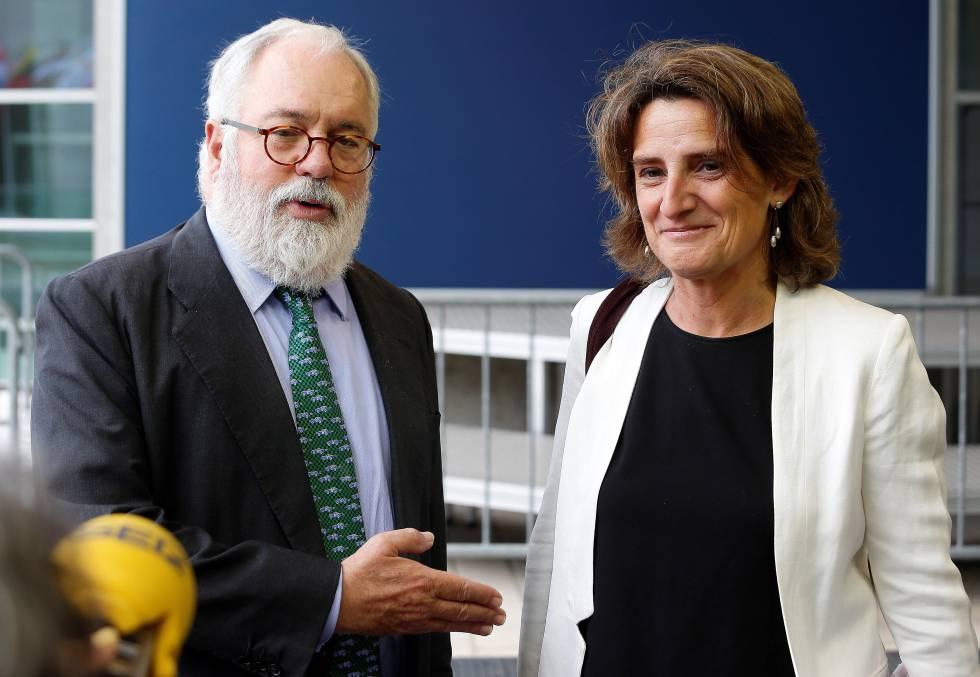 El comisario de Energía y Clima, Miguel Arias Cañete, y la ministra para la Transición Ecológica, Teresa Ribera.