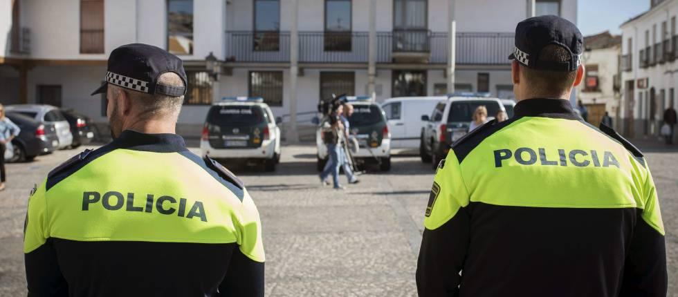 Agentes de la Policia Local permanecen en el Ayuntamiento de Valdemoro.