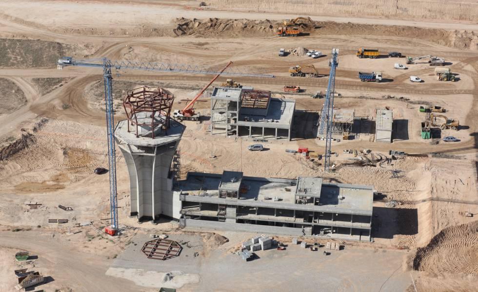 Imagen aérea de la construcción de la torre de control y edificio terminal del aeropuerto murciano.