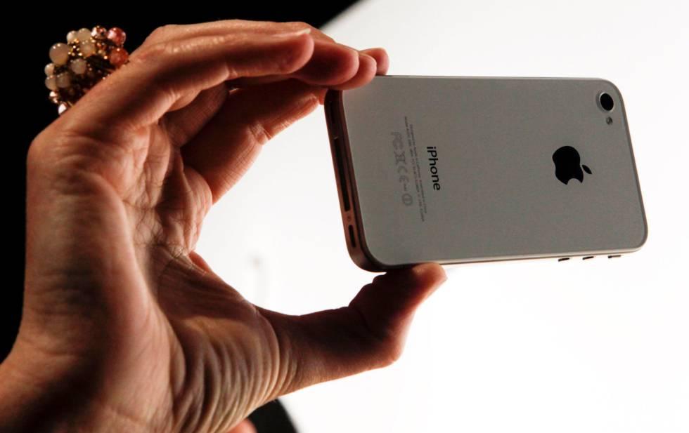 Una persona utilizando un iPhone.