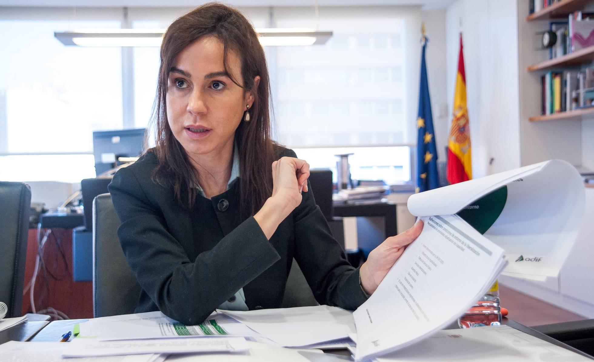 Isabel Pardo de Vera, presidenta de Adif, rodeada de papeles en la mesa de reuniones de su despacho.