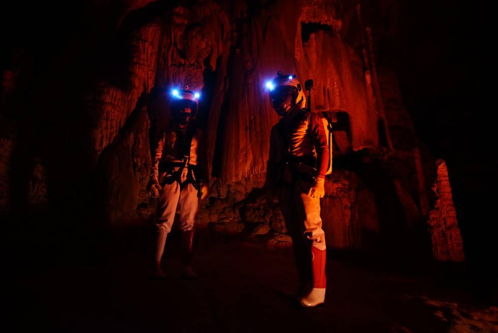 Dos 'astrolanders' investigan en la cueva de Arredondo, en Cantabria.