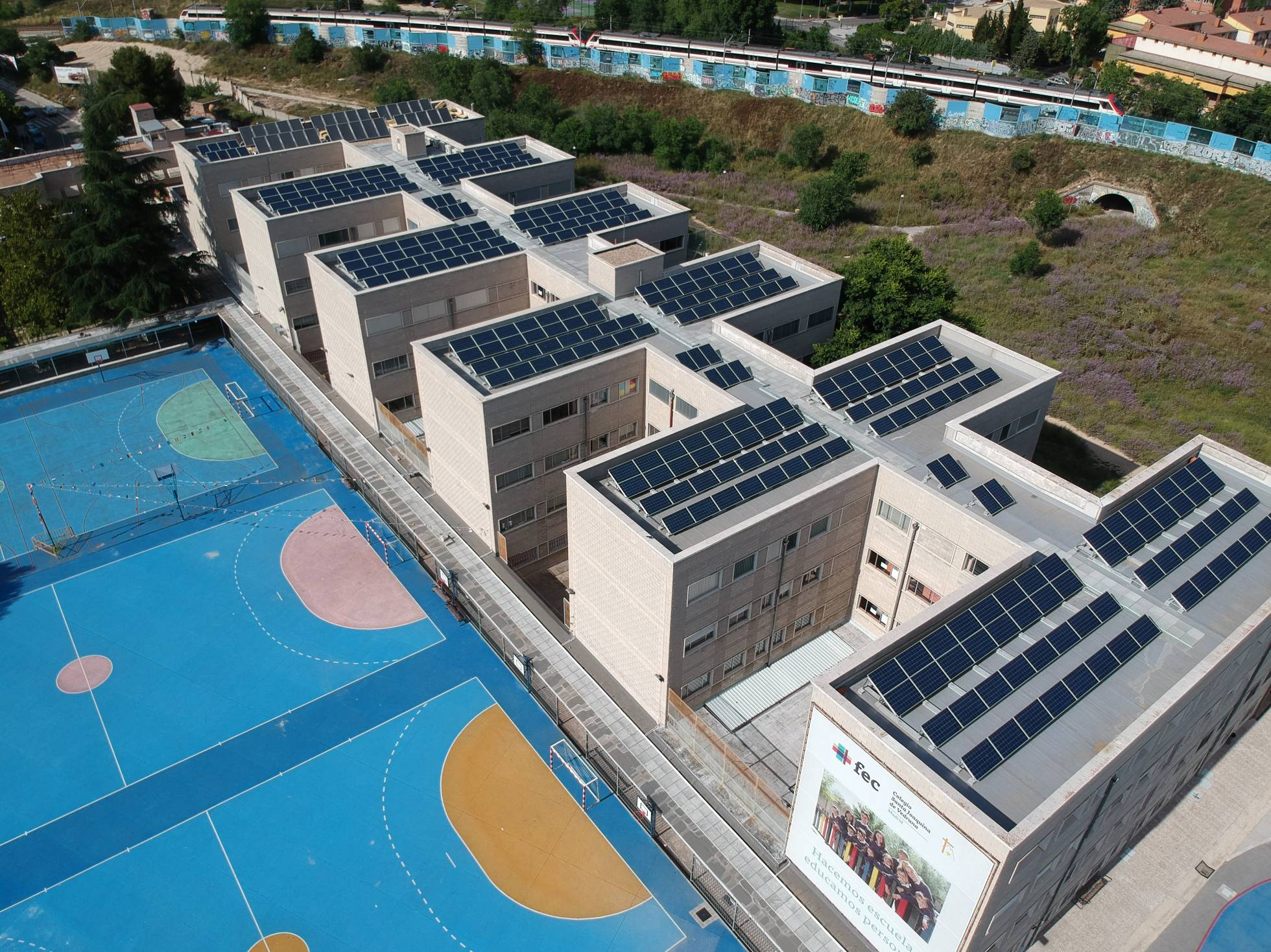 Vista de los paneles solares (86,9 kWp) instalados en el Colegio Santa Joaquina de Vedruna (Madrid), por la firma española Powen.