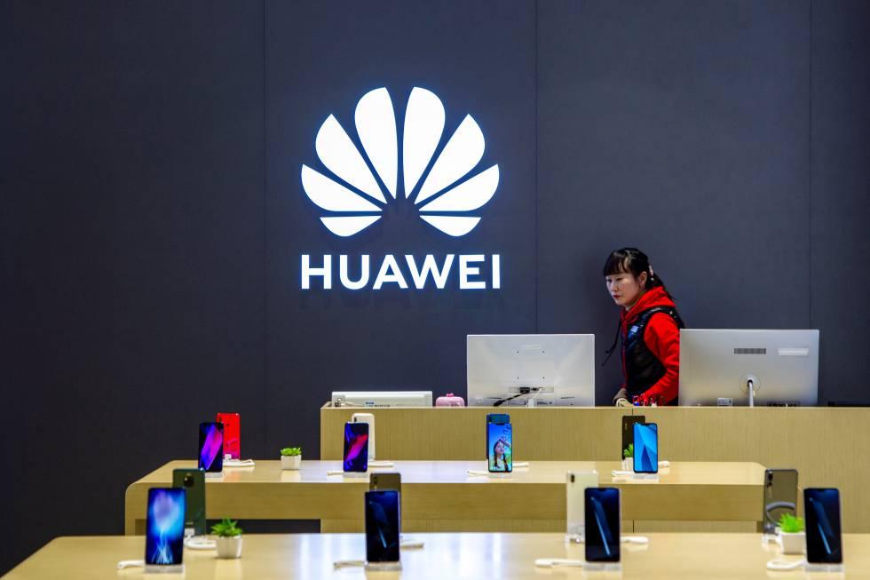 Dependienta de una tienda de Huawei en Shanghai.