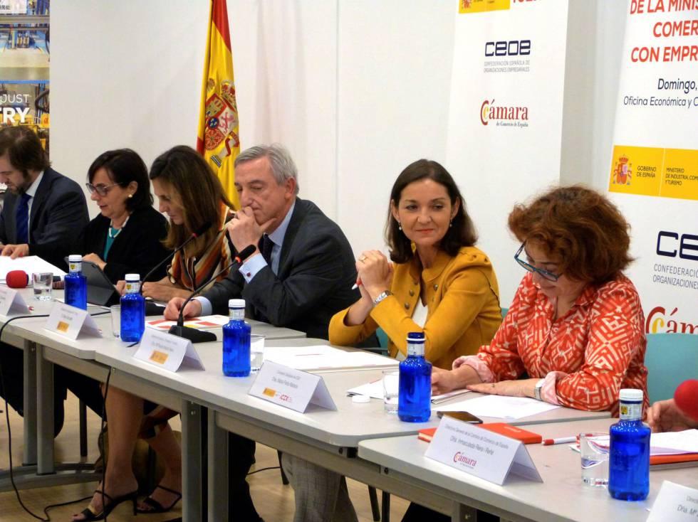 La ministra de Industria, Comercio y Turismo en funciones, Reyes Maroto (2i), durante un encuentro con representantes de empresas españolas en Shanghai.