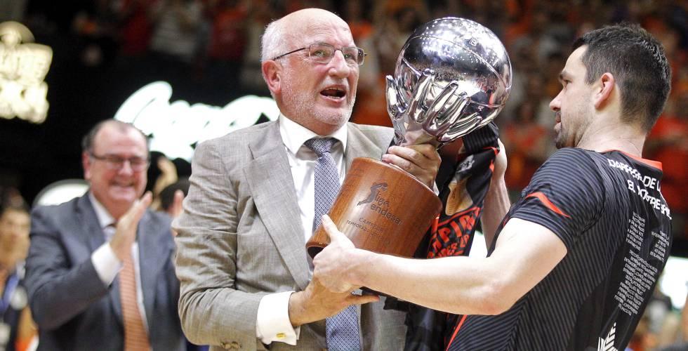 Juan Roig levanta el trofeo de la liga ACB, ganado por el Valencia Basket en 2017.