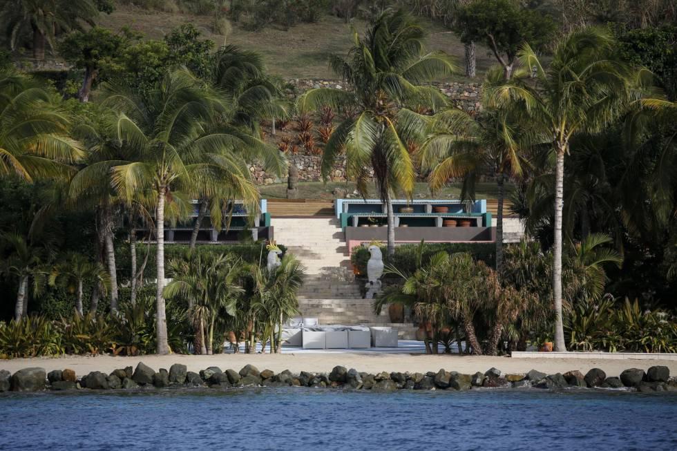 Un paseo junto al mar en la isla de Epstein, con esculturas de loros gigantes.