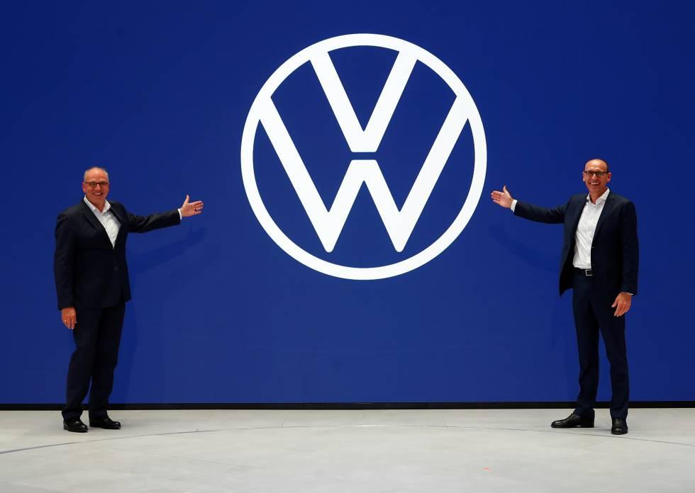 Ralf Brandstaetter, CEO de Volkswagen Passenger Cars y Juergen Stackmann, director de ventas y marketing de Volkswagen presentan el nuevo logotipo